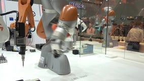 As soluções da automatização do futuro com os braços do robô em Kuka estão em Messe justo em Hannover, Alemanha video estoque