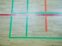 As sombras verdes do assoalho de brilho do salão de esportes com marcação alinham Foto de Stock