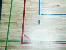 As sombras verdes do assoalho de brilho do salão de esportes com marcação alinham Fotos de Stock