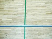 As sombras verdes do assoalho de brilho do salão de esportes com marcação alinham Fotos de Stock Royalty Free