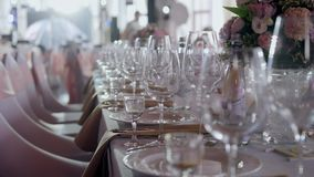 As tabelas ajustaram-se para um partido ou um copo de água do evento Jantar elegante luxuoso do ajuste da tabela em um restaurant vídeos de arquivo