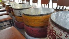 As tabelas bonitas s?o feitas dos pneus usados combinados com as cores diferentes fotografia de stock royalty free