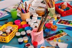 As tabelas e as cadeiras do jardim de infância na decoração interior arquivam para brinquedos Imagem de Stock
