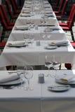 As tabelas extravagantes ajustaram-se para o jantar Imagens de Stock Royalty Free