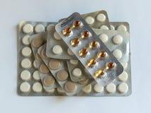 As tabuletas nos blocos estão na tabela Antibióticos do vírus Tratamento da doen?a foto de stock