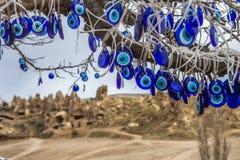 As talismãs turcas populares do olho mau são penduradas sobre as árvores no Cappadocia fotos de stock