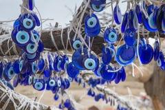 As talismãs turcas populares do olho mau são penduradas sobre as árvores no Cappadocia, Turquia, Fotografia de Stock