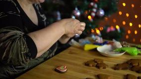 As tampas da avó vitrificam o pão-de-espécie na véspera do feriado video estoque