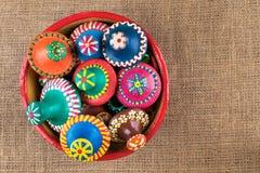 As tampas da cerâmica empilhadas em uma cerâmica rolam no fundo do pano de saco Fotos de Stock Royalty Free