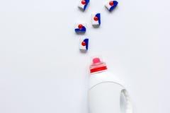 As tarefas domésticas ajustaram-se com as garrafas plásticas detergentes na opinião superior da lavanderia imagens de stock