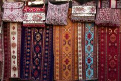 As telas coloridas e outros produtos populares em uma borda da estrada param a sagacidade Imagem de Stock