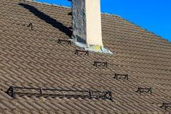 As telhas de telhado abrigam o telhado com fundo do céu da chaminé fotografia de stock