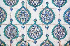 As telhas do vintage com testes padrões florais originais no otomano idoso denominam, feito no século XVI Imagem de Stock