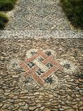 As telhas orientais do trajeto do pé projetam no jardim chinês antigo imagens de stock