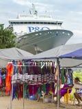 As tendas e o navio de cruzeiros do mercado entraram em Port Vila. Imagens de Stock