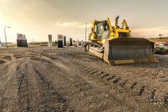 As terraplenagens de execução da máquina escavadora trabalham nos trabalhos da expansão da estrada de Madri-Segovia-Valladolid fotos de stock