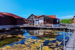 As terras agradáveis encantadores do hotel com casa de campo abrigam a posição na água do mar natural no dia agradável ensolarado Fotos de Stock Royalty Free