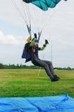 As terras do menina-parachutist no airdrome Foto de Stock