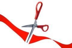 As tesouras cortaram a fita vermelha na abertura grande Fotos de Stock Royalty Free