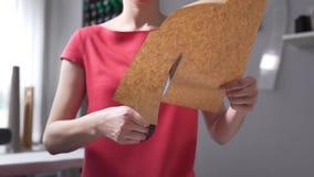 As tesouras cortaram o papel, os testes padrões dos cortes da costureira antes de seawing, a roupa que cortam, a roupa feito a mã video estoque