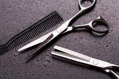 As tesouras do barbeiro fecham-se acima Tesouras e pente para o cabelo fotos de stock royalty free