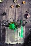 As tesouras e os botões velhos na esteira costuram ilustração do vetor