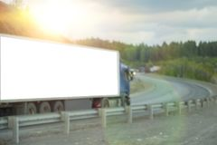 As texturas borradas traficam caminhões com luzes de incandescência na estrada foto de stock