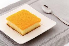 As tiras douradas do ovo que cobrem na manteiga endurecem ou bolos da tanga de Foi no pl Fotos de Stock