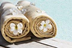 As toalhas aproximam o swimmingpool Imagens de Stock Royalty Free