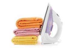 As toalhas empilham e ferro elétrico imagem de stock royalty free