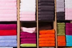 As toalhas empilham na loja Imagens de Stock Royalty Free