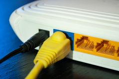 As tomadas do cabo do Internet são conectadas ao roteador do Internet fotografia de stock