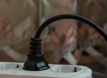 As tomadas elétricas com cabos conectaram à tira da corrente elétrica com -Fora no interruptor, conta da eletricidade com o montã Fotografia de Stock Royalty Free