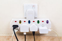 As tomadas múltiplas convenientes da eletricidade uniram ao multi adaptador imagem de stock