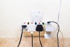 As tomadas múltiplas da eletricidade unidas ao multi adaptador são dangerou imagens de stock royalty free