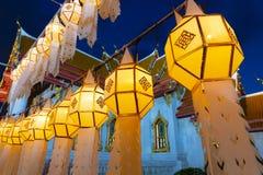 As toneladas de lanternas decoratiing dentro de Wat Benchamabophit, o templo de mármore Banguecoque fotografia de stock royalty free