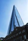 As torres do estilhaço sobre construções tradicionais de Londres Fotografia de Stock