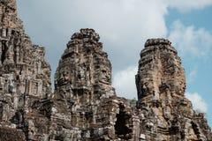 As torres do templo de Bayon com buddha de sorriso enfrentam no complexo de Angkor Thom, Siem Reap, Camboja imagem de stock