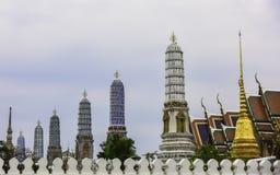 As torres dos templos do palácio grande em Banguecoque Fotografia de Stock
