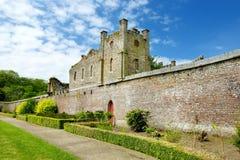 As torres e as torretas do bosque de Ducketts, de uma grande casa do século XIX arruinada e da propriedade anterior na Irlanda imagens de stock royalty free