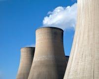 As torres refrigerando de um carvão atearam fogo à central elétrica outra vez Foto de Stock Royalty Free