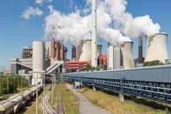 As torres refrigerando e o carvão das chaminés atearam fogo ao central elétrica em Alemanha Foto de Stock Royalty Free