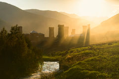 As torres svan antigas na manhã iluminam-se com no Geórgia, Svaneti, Ushguli Imagens de Stock