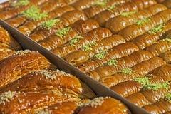 As tortas caseiros arranjaram para ser servidas Foto de Stock