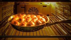 As tortas com maçãs cozinham cozinheiros no forno fotos de stock royalty free