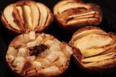 As tortas de maçã caseiros pequenas cozeram recentemente cada um em seu molde imagem de stock