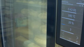 As tortas são cozidas no forno vídeos de arquivo