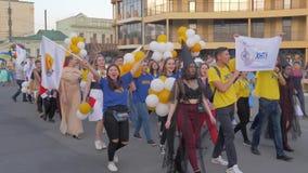 As tradições da cidade, juventude da multidão em trajes diferentes com balões andam ao longo dos cantos da rua e do grito da cida vídeos de arquivo