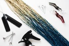 As tranças artificiais de Senegalês do cabelo de Kanekalon, Ombre colorem azul com o pente e pulverizador próximos leitosos do cl imagem de stock