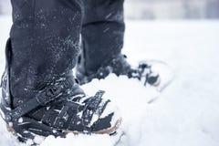 As travas da sapata do Snowboarder fecham-se acima Foto de Stock Royalty Free